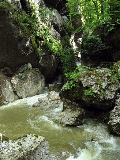 Die Klamm, durch die Ishira mit Rondar und Yaren reitet. (Österreich)